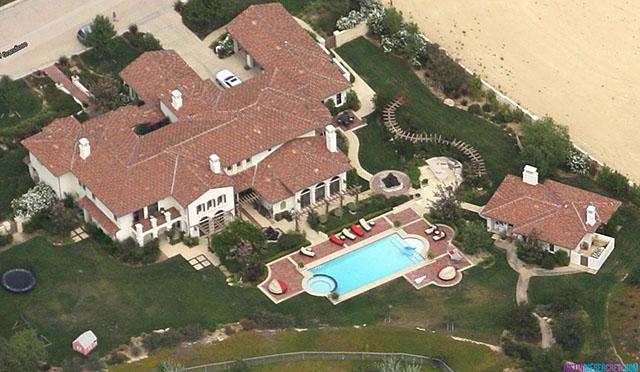 """Inside Celebrity Homes: Khloé Kardashian""  Inside Celebrity Homes: Khloé Kardashian's Calabasas Home 12"