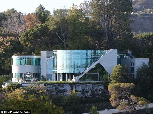 celebrity homes justin bieber beverly hills mansion celebrity homes. Black Bedroom Furniture Sets. Home Design Ideas